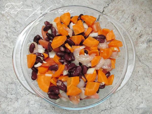 запекаем курицу с морковью и фасолью в духовке