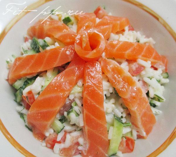 салат с рисом, семгой, огурцом