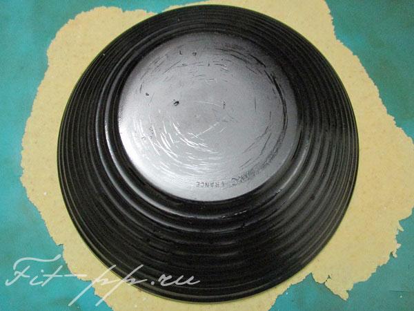 вырезаем лепешки тарелкой