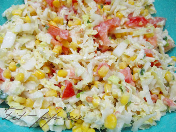 заправить маслом салат из пекинки и помидоров