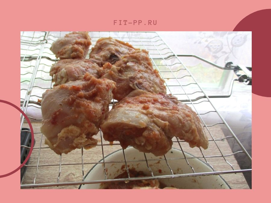 укладываем куски курицы на огне